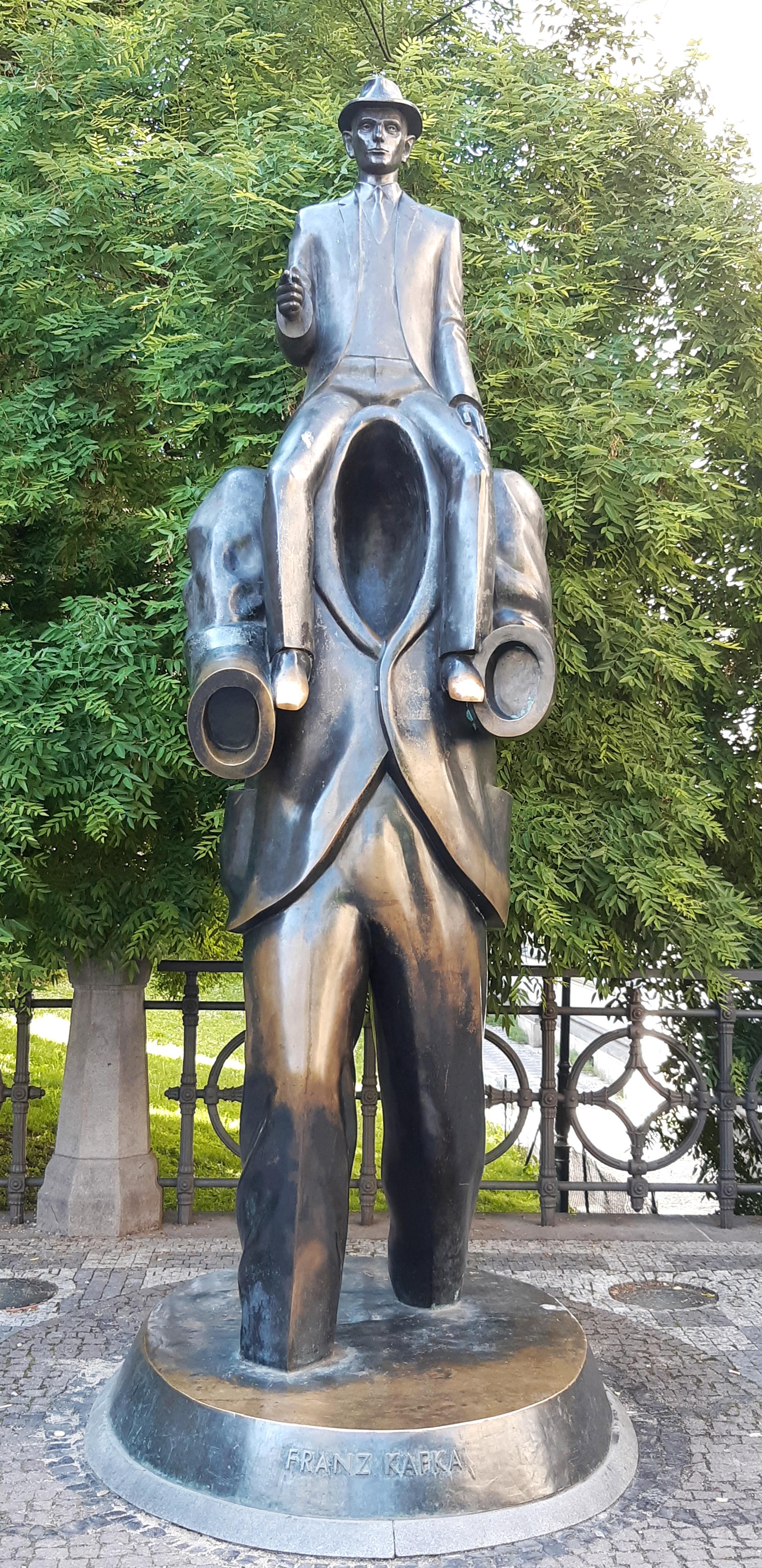 statua di Kafka Praga.jpeg